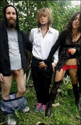 NAKENAKSJONISTENE: Disse tre Fuck for Forest-medlemmene aksjonerte med sexsimulering på alteret i Oslo domkirke - midt under gudstjenesten på Kristi Himmelfartsdag. Foto: Fuck for Forest
