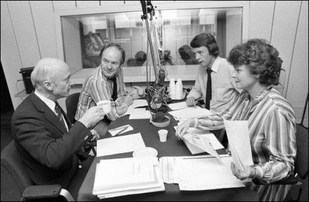 PROGRAMLEDER: Olav Versto ble kjent som en dyktig programleder i de gnistrende debattene mellom Gro Harlem Brundtland og Kåre Willoch. Her sammen med journalist Ole Kristen Harborg i en debatt om arbeidsledighet i 1983. Foto: Aftenposten