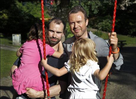 GRANSKES: Skuespiller Geir Kvarme (t.h.) og ektemannen Sebastian er blant de mellom 20 og 40 foreldrene som risikerer å stå uten en eneste juridisk rettighet overfor barnet - selv om de er folkeregistrert av norske myndigheter. Arkivfoto: Nils Bjåland/ VG