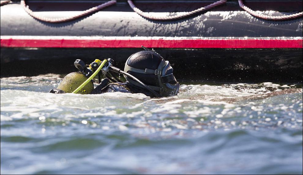 LETER: Leteaksjonen pågår etter at en fritidsbåt forulykket ved Flåteskjær ved Tjøme natt til onsdag. To kvinner i 40-årene er funnet omkommet. Foto: SCANPIX