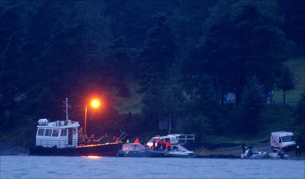 SØKER: Mannskaper fraktes ut til Utøya, hvor det nå søkes etter flere døde og skadede. Den politiske samlingen på øya ble gjenstand for et brutalt terrorangrep fredag kveld. Foto: KYRRE LIEN / VG