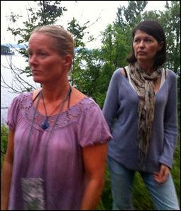 PÅ FASTLANDET: Grethe Helen Larre og Kristine Melby trodde det var noen som hadde skytekonkurranse. Foto: RUNE THOMAS EGE