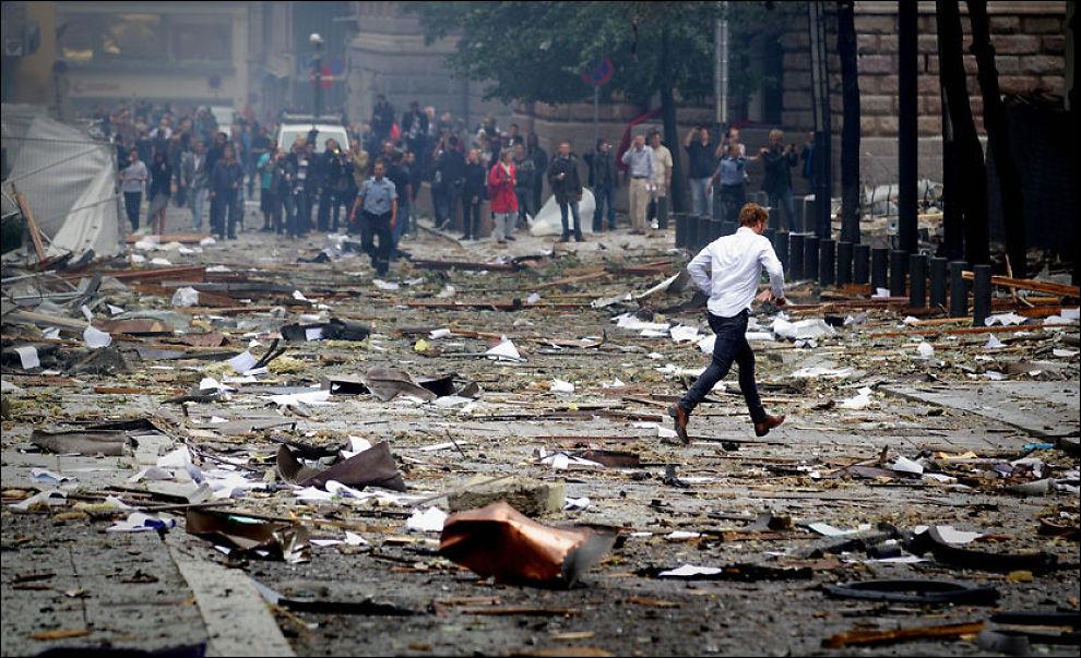 KRAFTIG BOMBE: Sprengstoffet som eksploderte i Regjeringskvartalet i Oslo var trolig plassert i en bil. Det er ikke kjent hvor mye sprengstoff det var snakk om, men skadene er langt større enn ved Bandidos-bomben i Drammen. Den bomben ble anslått til å være opptil 50 kilo. Foto: KYRRE LIEN