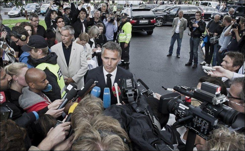 - VANSKELIG: Jens Stoltenberg snakket med pressen i forbindelse med besøket på Sundvollen lørdag. Foto: Scanpix.