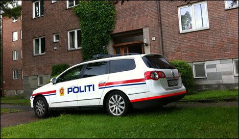 UNDERSØKER LEILIGHETEN: Politi utenfor leiligheten massemordmistenkte Anders Behring Breivik bodde i da han var i Oslo. Foto: Janne Grytemark