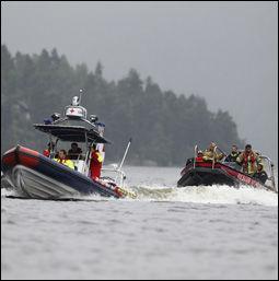 NYE SØK LØRDAG: Dykkere fra brannvesenet og annet redningsmannskap jobber lørdag rundt Utøya. Foto: JØRGEN BRAASTAD