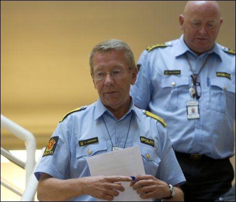 OPPDATERTE: Visepolitimester Roger Andresen og stabssjef Johan Fredriksen ved Oslo politidistrikt holdt pressekonferanse lørdag morgen og redegjorde for utviklingen i terror-saken. Foto: SCANPIX