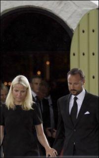 KOM SAMMEN: Kronprinsparet og Jonas Gahr Støre var blant dem som deltok i minnegudstjenesten i Norderhov kirke. Foto: Ap