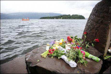 I SORG: Blomster og lys symbolsierer sorgen tild e mange pårørende etter Utøya-massakren. Foto: Scanpix