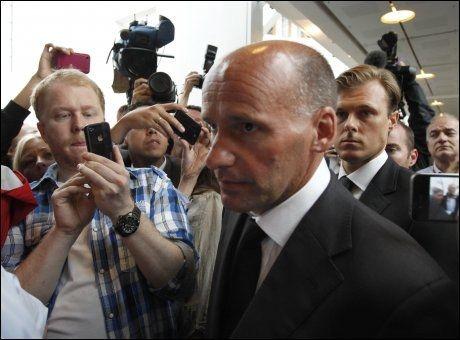 KAOTISK: Forsvarer Geir Lippestad måtte trenge seg forbi pressen på vei inn til rettssalen. Foto: Reuters