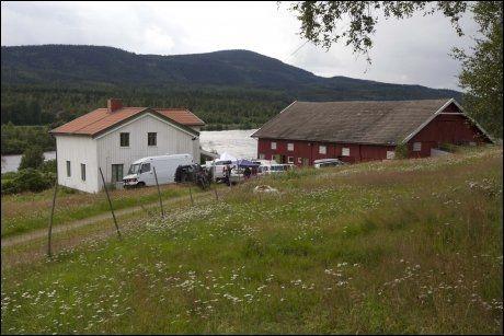 TRE TONN FUNNET: Anders Behring Breivik kjøpte seks tonn med kunstgjødsel på Felleskjøpet 4. mai. Halvparten av dette ble funnet ubrukt på gården til 32-åringen. Foto: Frode Hansen/VG
