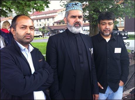 TRØSTER: Styremedlem Mukhtar Said, Imam Noor Ahmad og Faiz Alam fra Minhaj Ul Quran i Oslo. Foto: Dyveke Nilssen