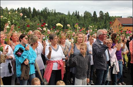 ROSER: De fremmøtte bar roser som de holdt opp mot himmelen under appellene, og etter at talerne var ferdige.Foto: Isabelle Ringnes / VG
