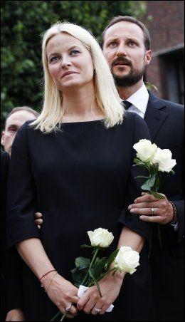 TALTE: Kronprins Haakon sa at «i kveld er gatene fylt av kjærlighet» da han og kronprinsesse Mette-Marit deltok på rosemarkeringen i Oslo. Foto: Scanpix