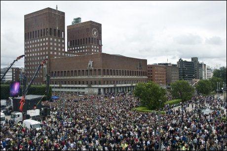 MINNEMARKERING: Over 200.000 mennesker deltok i fakkel- og rosetoget i Oslo mandag ettermiddag. Foto: Scanpix