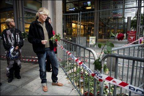 TILBAKE: Fire dager etter bombeangrepet var seniorrådgiveren i Justisdepartementet tilbake ved sperringen inn mot Regjeringskvartalet. Foto: Ole-Martin Grav/VG