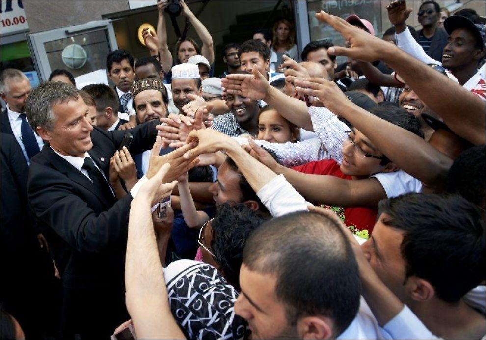 APPLAUS: Statsminister Jens Stoltenberg på vei ut fra Central Jamaat-moskeen på Grønland i Oslo i går ettermiddag. Det svært tette massen av tilhørere klappet og ropte «vi er svært stolte av deg, statsminister» og Stoltenberg håndhilste tilbake. Foto: KRISTIAN HELGESEN