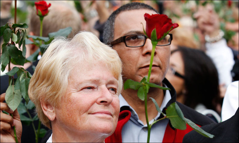 SKULLE ANGRIPES: Anders Behring Breivik planla å angripe Utøya mens tidligere statsminister Gro Harlem Brundtland holdt tale der. Her er hun fotografert sammen med SVs Akhtar Chaudhry under rosemarkeringen i Oslo forrige helg. Foto: ERLEND AAS, Scanpix