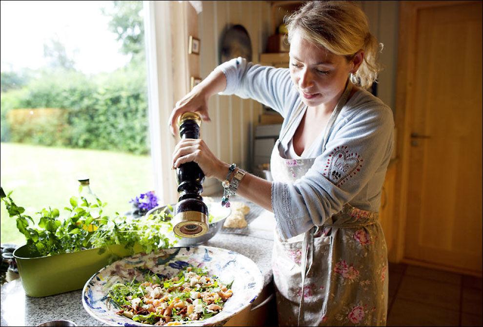 TRAVEL OG SMAKFULL: - Lunsjen kan fint være både sunn og smakfull også når det må gå litt fort i svingene, sier Henriette - travel tobarnsmamma til sønnene Sebastían (11) og Bendik (7), og full lærerjobb ved Heia Barne- og ungdomsskole i Lier. Foto: Janne Møller-Hansen