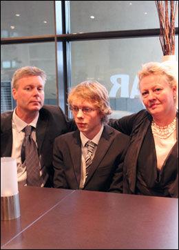 I SIKKERHET: Her sitter Jarl i resepsjonen med faren Kai Roger Riskjell og moren Hilde Riskjell Gjerde. Foto: Sindre Murtnes, VG