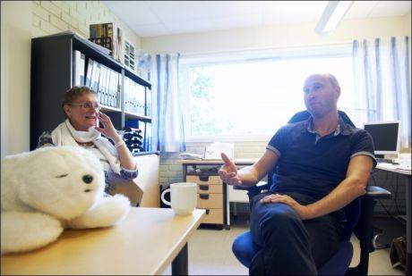 POSITIVE: Senterleder Anne-Britt Kjeldsberg vil gjerne ha flere roboter til Bjørnåsen bo- og behandlingssenter for demenspasienter. Halvor Lindqvist er prosjektleder for omsorgsteknologien i Nøtterøy kommune. Foto: Kristian Helgesen