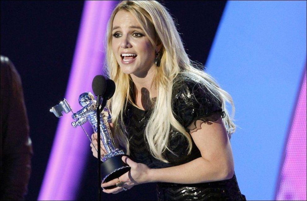 TAKKET: Britney Spears takket Ray Kay fra scenen da hun tok imot prisen for beste pop-video. Foto: Reuters.
