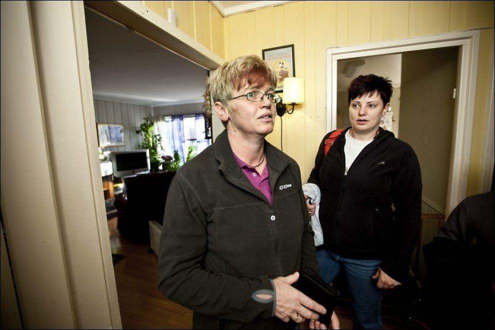 OPPGITT: Torill Hansen fra Raufoss (til høyre) var blant de frivillige som hjalp flyktende Utøya-ungdommer 22. juli. Hun er skuffet over hjelpen og oppfølgingen hun selv er gitt i etterkant. - Jeg føler jeg må mase for å få hjelp. Her er hun sammen med samboeren Hege Dalen (43) Foto: Geir Olsen