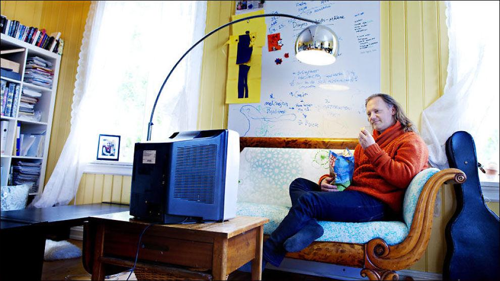 HEI, HVOR DET GÅR: Ved å spise foran TV-en mister du overblikket over hvor mye du spiser, og forstyrrer kroppens naturlige metthetsfølelse. Psykolog og kognitiv terapeut Sigurd Stubsjøen holder kurs i endring av spiseatferd hjemme i huset sitt på Nesodden. Foto: Kyrre Lien