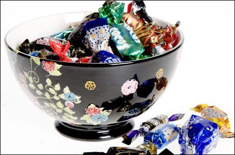 DAGEN DERPÅ: Spiser du sjokolade, snacks eller restemat «ubevisst», kun fordi det står fremme på bordet fra festen eller middagen dagen før? Kutt det ut, råder eksperter. Foto: Linn Cathrin Olsen