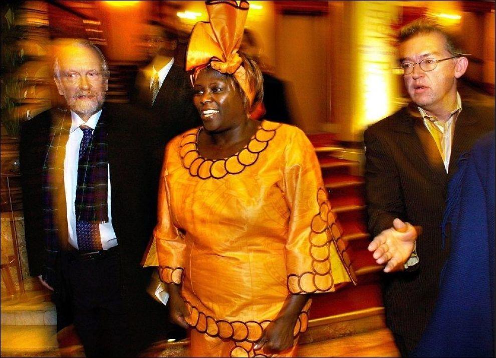 DØD: Nobles fredsprisvinner Wangari Maathai tapte kampen mot kreften. Her er Maathai utenfor Grand Hotel i Oslo før utdelingen av Nobels fredspris i 2004. Foto: Helge Mikalsen