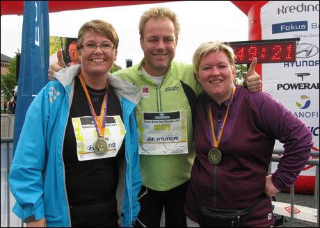 NÅ TAR DE FEM: Bente (fra venstre), trener fra Olympiatoppen EspenTønnessen og Siv Hege jubler etter å ha gått i mål på Oslo maratons tre kilometerløype sist søndag. De har allerede meldt seg på et fem kilometer langt løp i oktober. Foto: Hanne Eide Andersen