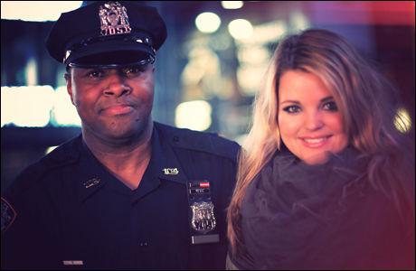 STOPPET AV POLITIET: Politiet ville stoppe deler av innspillingen i New York, men da Nordnes stilte opp på bilde med politibetjenten, slapp hun unna. Foto: Björn Myreze.