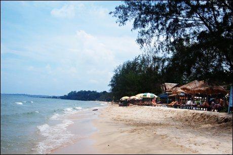 BACKPACKERHIMMEL: Strandbarer og hengekøyer så langt øyet rekker i Sihanoukville. Her kan man leve for en billig penge. Foto: MARTE VIKE ARNESEN/VG
