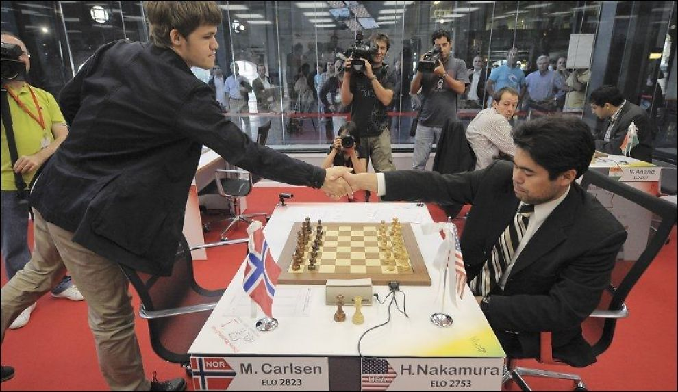 KONGEMØTE: Magnus Carlsen (til v.) hilste på Hikaru Nakamura før de møttes i Bilbao 11. oktober i år. Foto: Alvaro Barrientos / AP