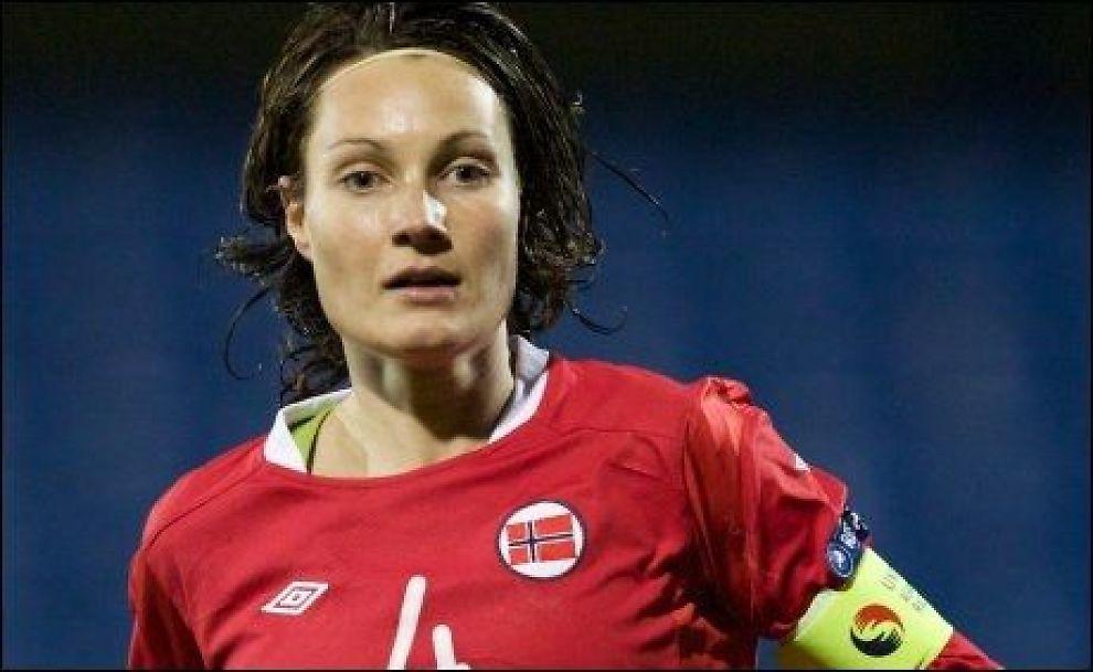 TILBAKE: Ingvild Stensland ser frem til å spille i Norge igjen. Her i aksjon for landslaget i EM-kvalifiseringskampen mot Nord-Irland i november. Foto: Scanpix