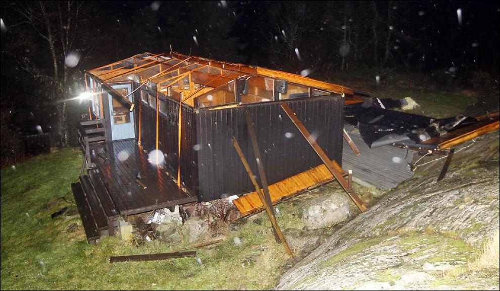 UTEN TAK: Slik så hytten til Tolaug Valvik ut etter at vinden hadde herjet på Skjernøya i Mandal. Foto: Kjartan Bjelland/Fædrelandsvennen.
