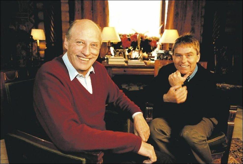 GODE VENNER: Kong Harald og Dag Erik Pedersen har fått god kontakt etter en rekke møter på forskjellige idrettsarrangementer de siste årene. Her fra TV-dokumentaren «Idrettskongen», som gikk på NRK i 1999. Foto: NRK.