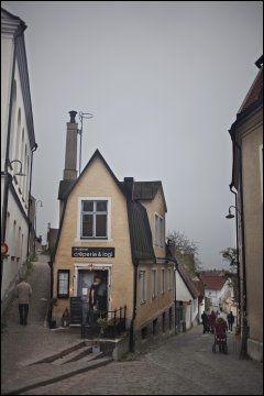VAKRE VISBY: Visby er den eneste byen på øya og er full av koselige kafeer og restauranter du kan sverme i, for eksempel Strykjernet crêperie. Foto: Marte Vike Arnesen