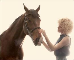 GLAD I HEST: Maya har lyst på egen hestefarm, men tror ikke ryggen tåler flere fall fra hesteryggen. Foto: Pål Laukli