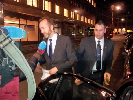 PÅ FARTA: Næringsminister Trond Giske kjørte fredag kveld skytteltrafikk mellom TV-sendinger og pressekonferanse. Foto: OLE N. OLSEN