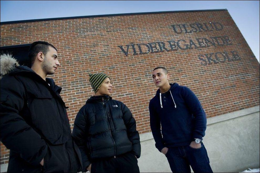 HAR FÅTT NOK: Ali Hassan (fra venstre), Ali Al-Amin og Ali Hasane reagerer på det de mener er inndeling av elever etter etnisitet på Ulsrud videregående skole. Foto: EIVIND GRIFFITH BRÆNDE / VG