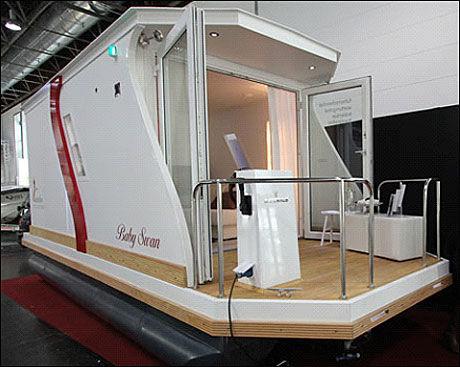 CAMPINGLIV: En liten hytte på ti kvadratmeter med en påhenger på ti hestekrefter - beregnet for rolige farvann - er en av nyhetene som møter de besøkende på Boot Düsseldorf Foto: Frode Pedersen