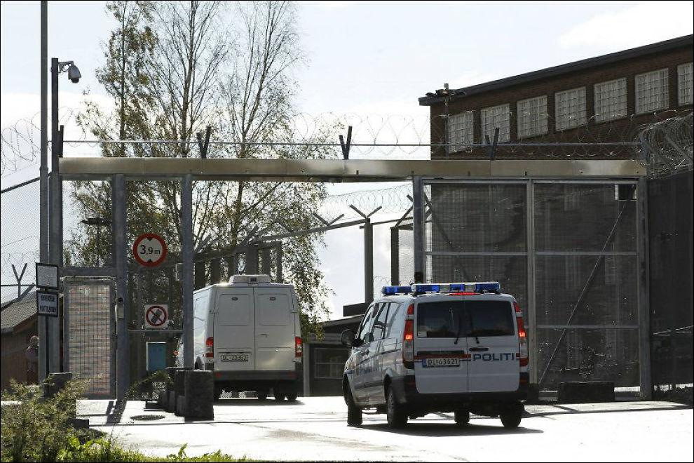 PÅ VEI INN TIL ILA: Anders Behring Breiviks hverdag på Ila reguleres av reglene for særlig høy sikkerhet, pluss 130 enkeltvedtak som fengselet har gjort. Her blir han kjørt inn fengselsportene etter å ha vært i Oslo tingrett 19. september. Foto: Scanpix