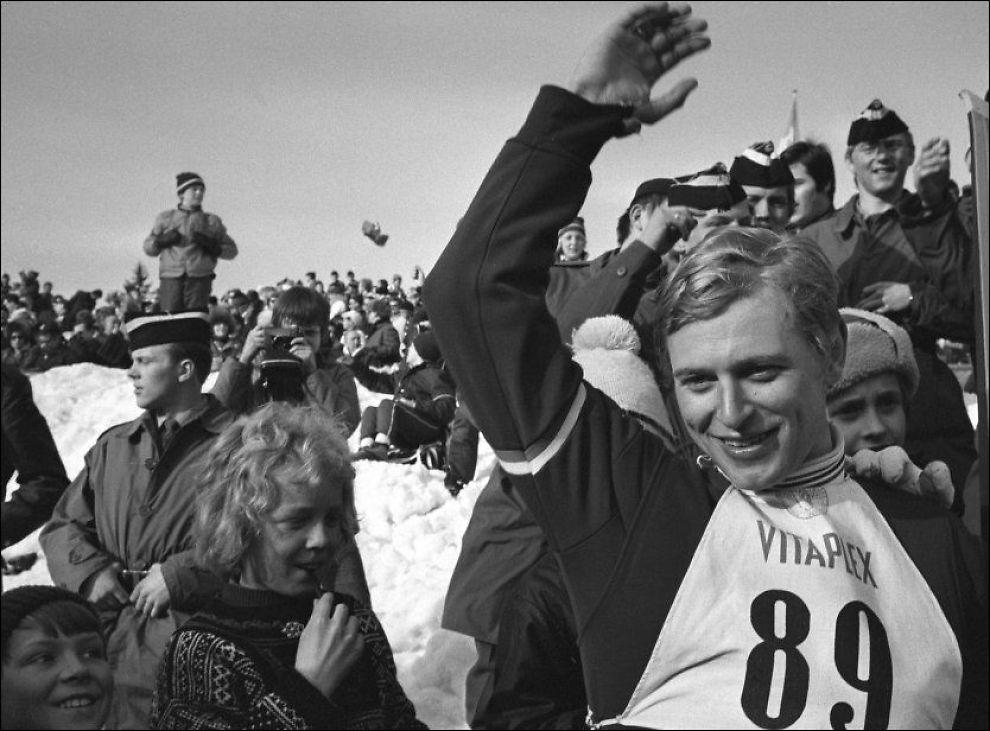 DØD: Etter kort tids sykdom døde den tidligere skihopperen Ingolf Mork onsdag kveld. Her mottar han folkets hyllest etter å ha vunnet i Holmenkollen i 1971. Foto: Scanpix