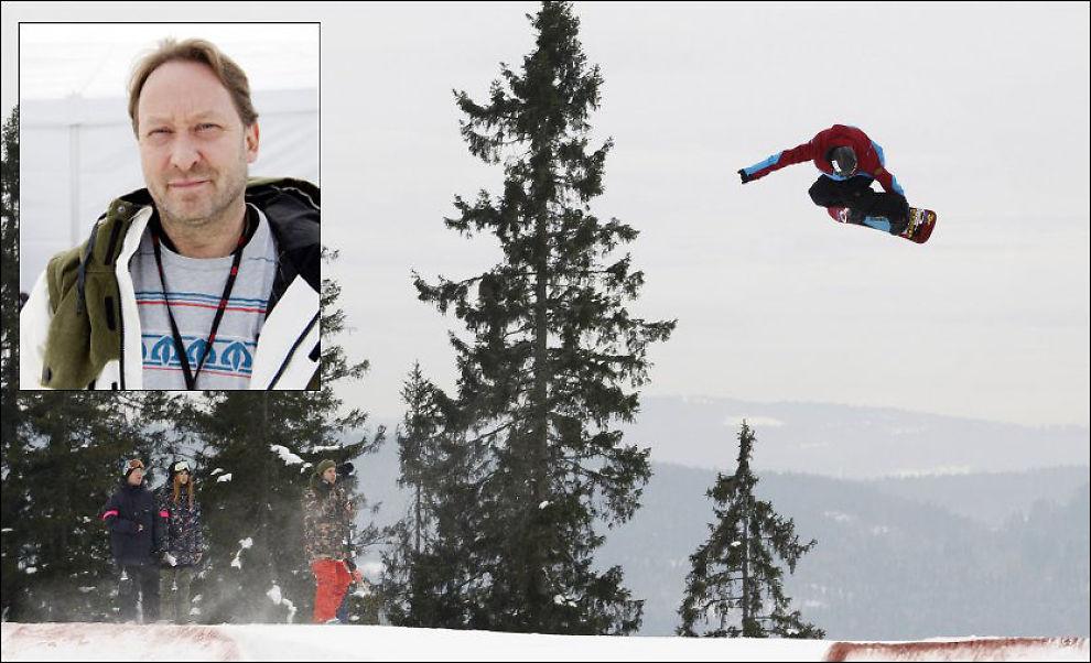 UTE Her er Torstein Horgmo i gårsdagens kvalifisering, han lyktes ikke i å ta seg videre til semifinalen. Innfelt er sjef for snowboard-VM, Henning Andersen. Foto: Scanpix