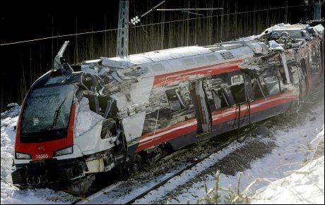 FLERRET OPP AV FJELLVEGGEN: Hele «Flirt»-togets langside er totalskadet etter møtet med fjellveggen. Foto: Scanpix