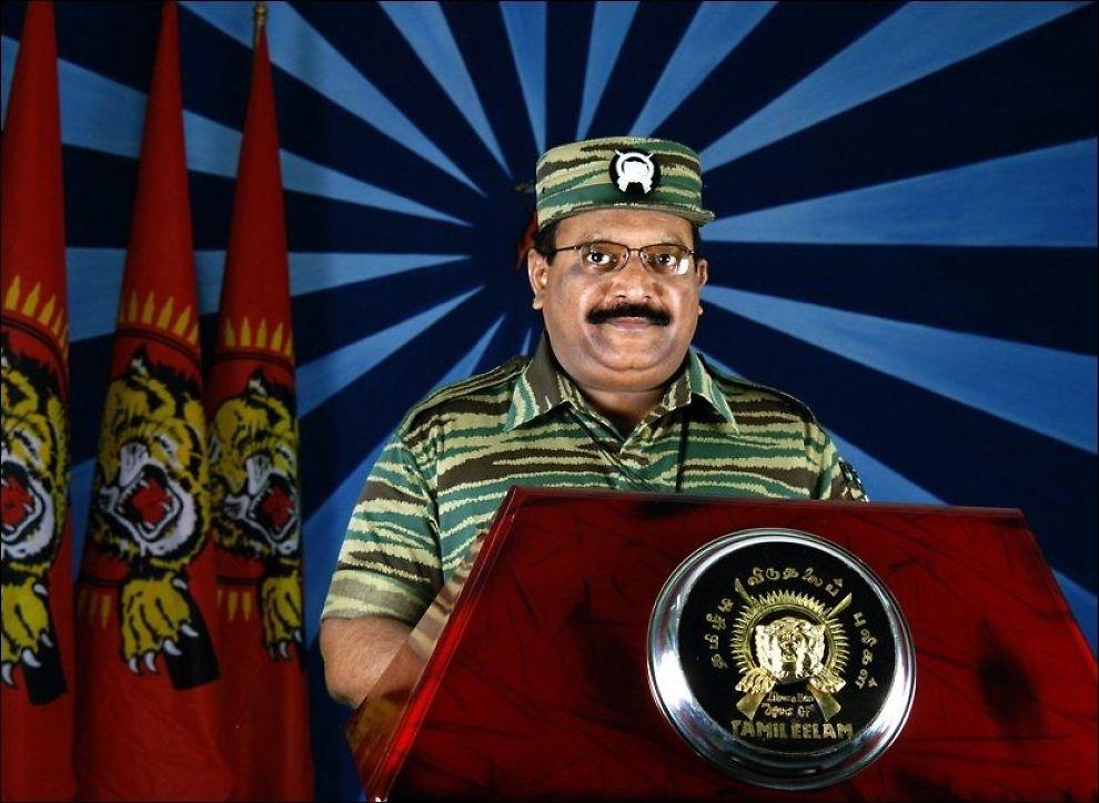 PÅ FRIMERKE: Tamiltigrenes avdøde leder Velupillai Prabhakaran, her under en tale i 2006, dukket opp på frimerker i Norge. Nå beklager Utenriksdepartementet offentlig for Postens glipp. Foto: AFP