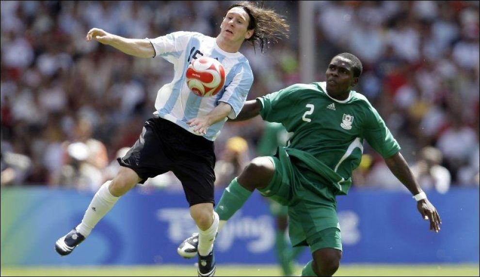 TIL OSLO: Chibuzor Okonkwo, som her er noe på etterskudd i duell mot Lionel Messi under OL i 2008, er på vei til Vålerenga. Foto: AFP