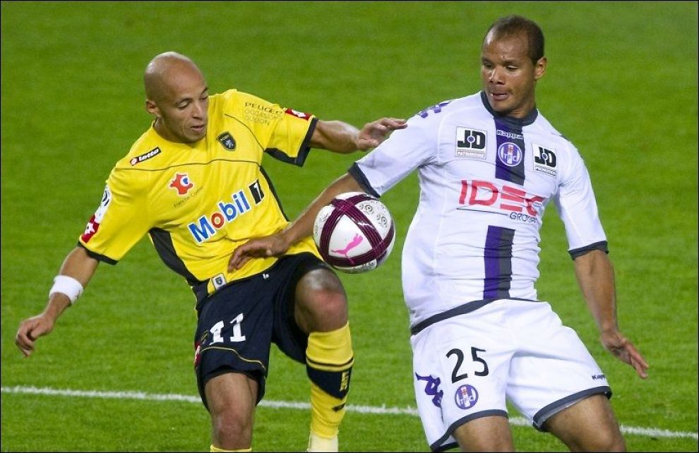 OMSTRIDT OVERGANG: Daniel Braaten (t.h.) gikk gratis fra Bolton til Toulouse. Her er han i duell med Sochaux-spiller Yassin Mikari i oktober i fjor. Foto: AFP