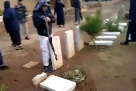 VELTER: Her sees en av opprørerne mens han er i gang med å velte en rekke med gravstøtter. Foto: PRIVAT